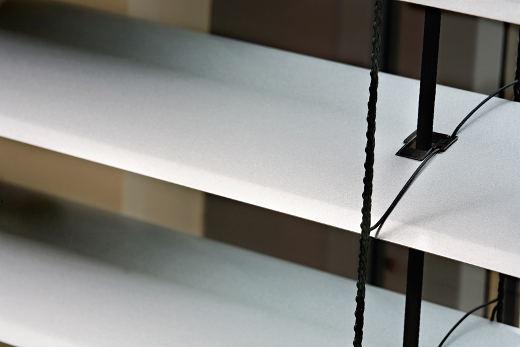Außenraffstores mit breiten Lamellen © MHZ Hachtel