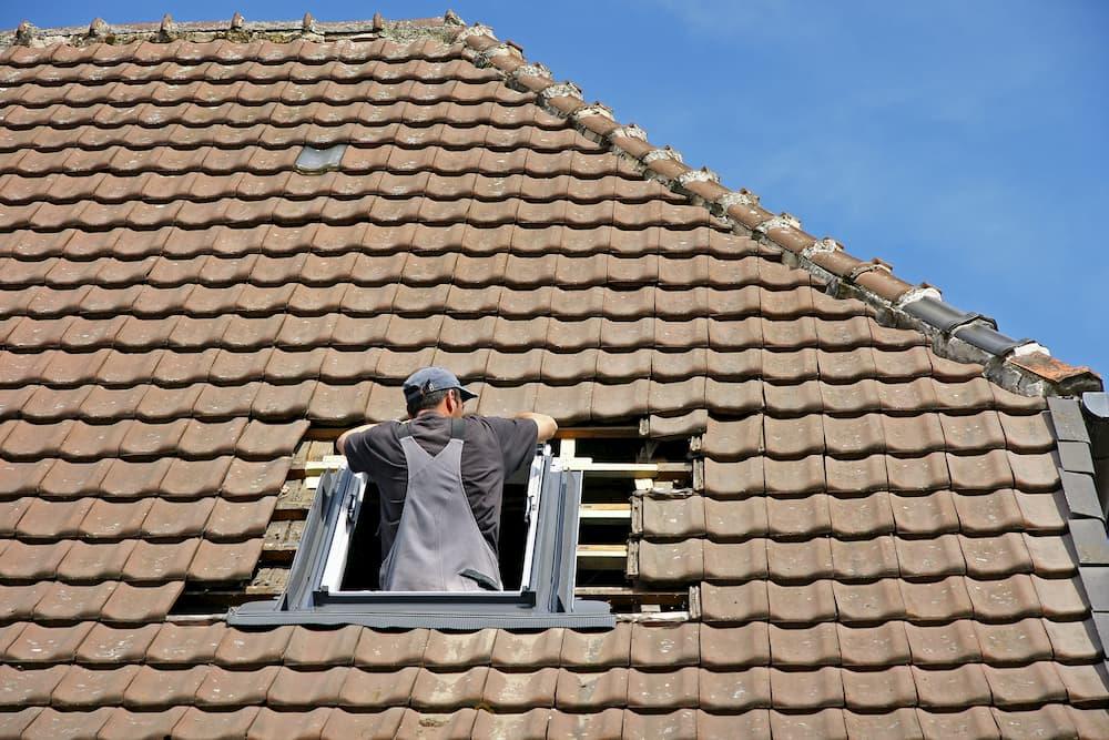 Einbau eines Dachfensters © Heiner Witthake, stock.adobe.com