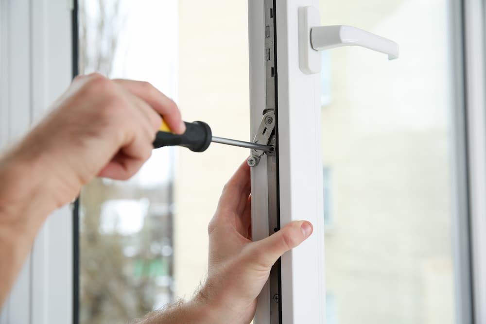 Fenster einstellen © New Africa, stock.adobe.com