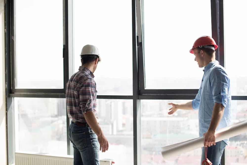 Fenster planen mit Architekt auf der Baustelle © alfa27, stock.adobe.com