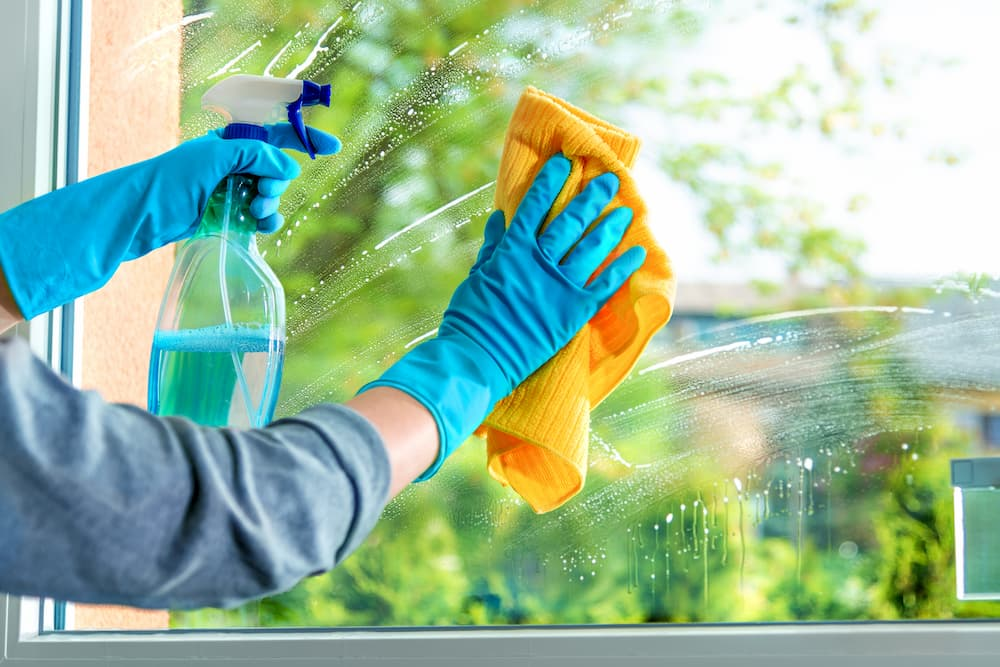 Fenster putzen mit einem Glasreiniger © Alexander Raths, stock.adobe.com
