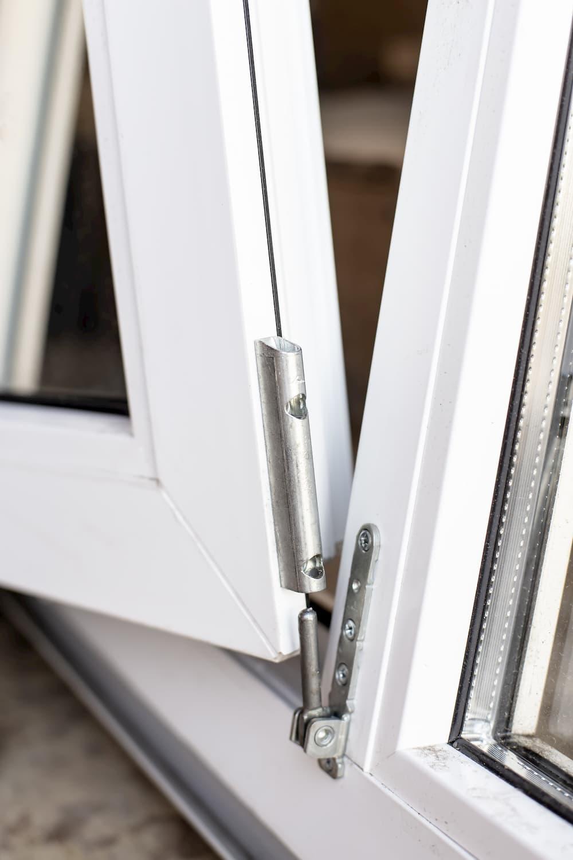 Fensterfluegel aushängen © koldunova, stock.adobe.com