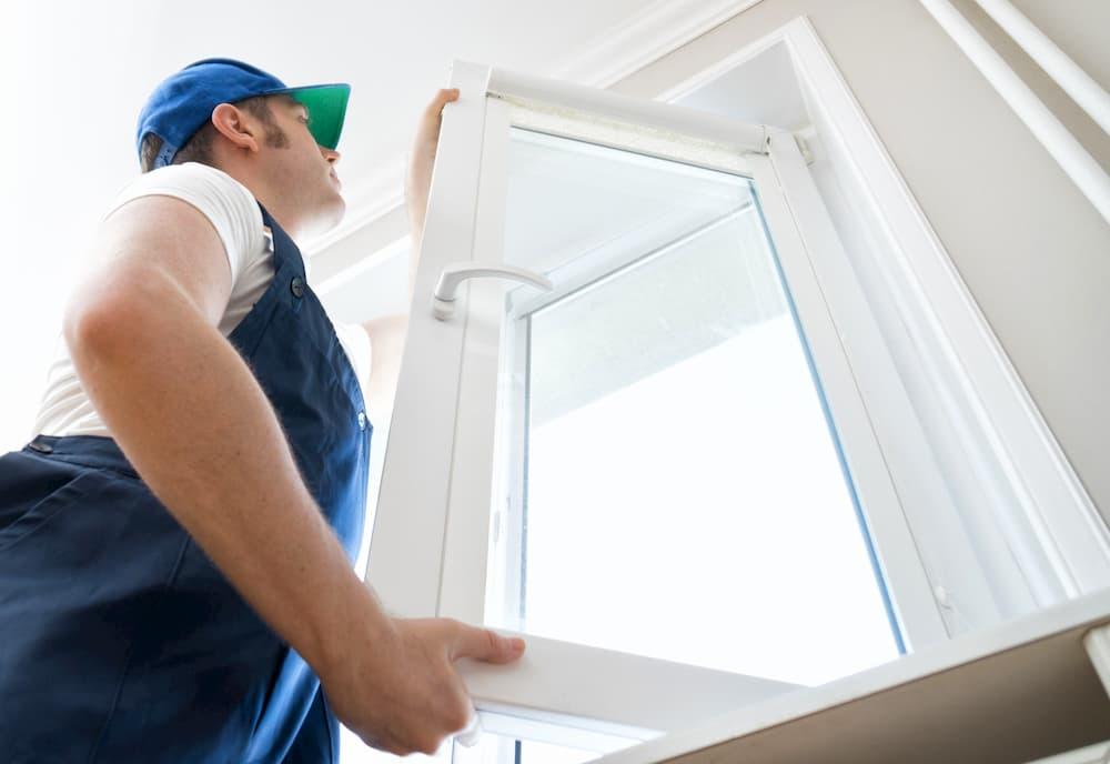 Fensterflügel einhängen © dmitrimaruta, stock.adobe.com