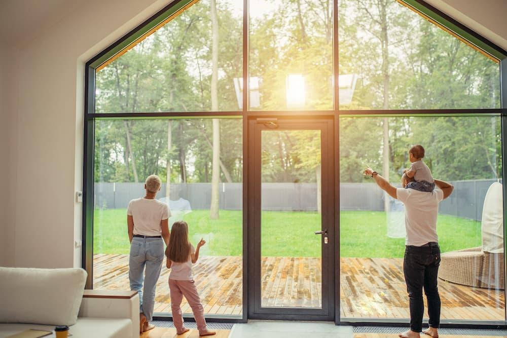 Familie vor großer Fensterfront © alfa27, stock.adobe.com