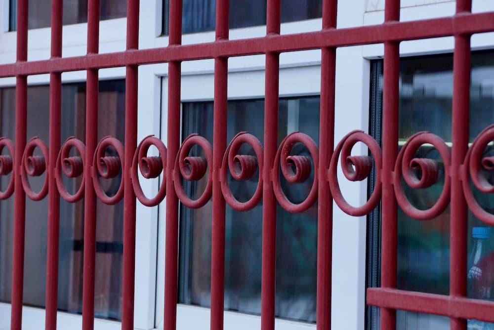 Fenstergitter © butus, stock.adobe.com