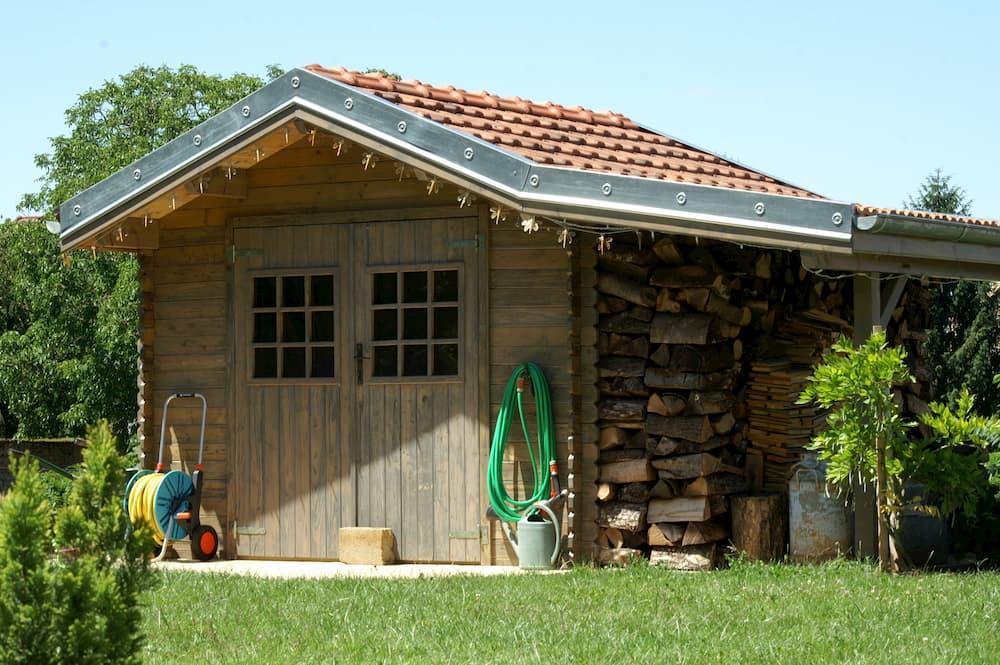 Gartenhaus mit Fenster in der Türe © Sarmat, stock.adobe.com
