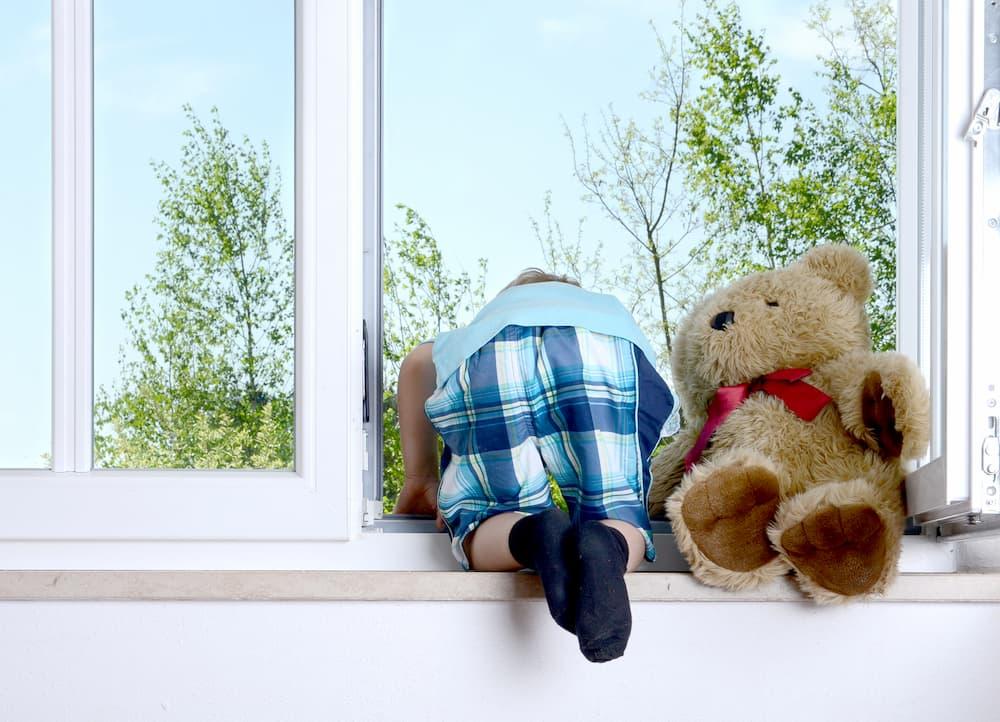 Kind lehnt sich aus dem Fenster © S. Kobold, stock.adobe.com