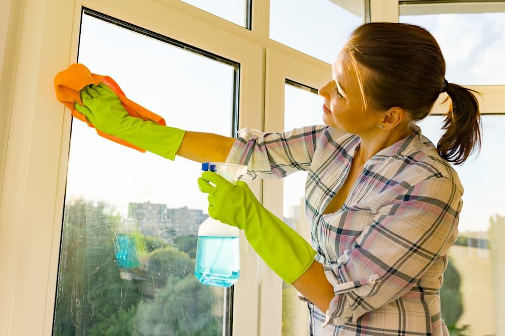 Ist die Fensterscheibe blind, reicht einfaches Putzen nicht mehr aus © Valerii Honcharuk, stock.adobe.com
