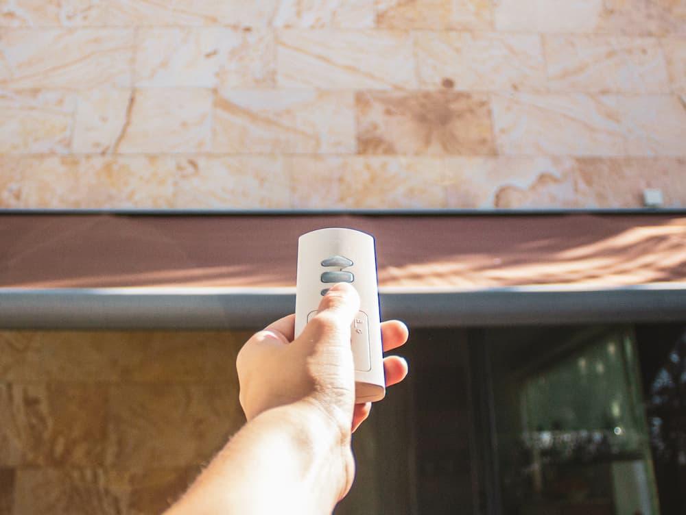 Markise steuern per Fernbedienung © Cavan, stock.adobe.com