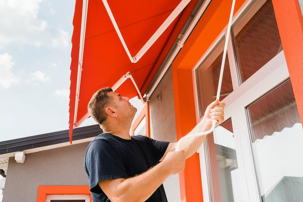 Markise wird per Handkurbel ausgefahren © mirsad, stock.adobe.com