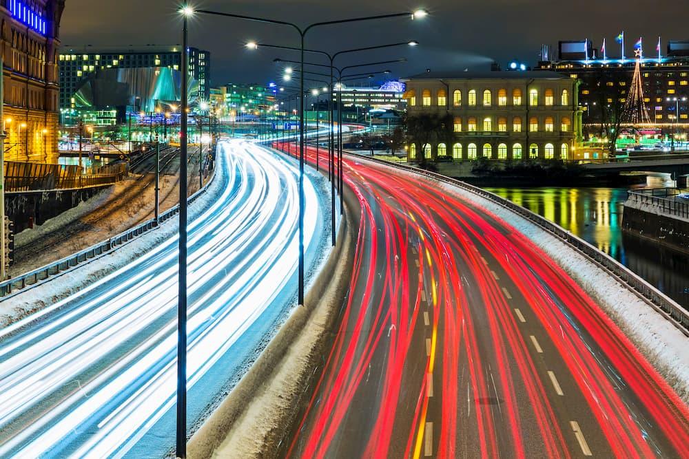 Vielbefahrene Straße in der Stadt © Scanrail, stock.adobe.com