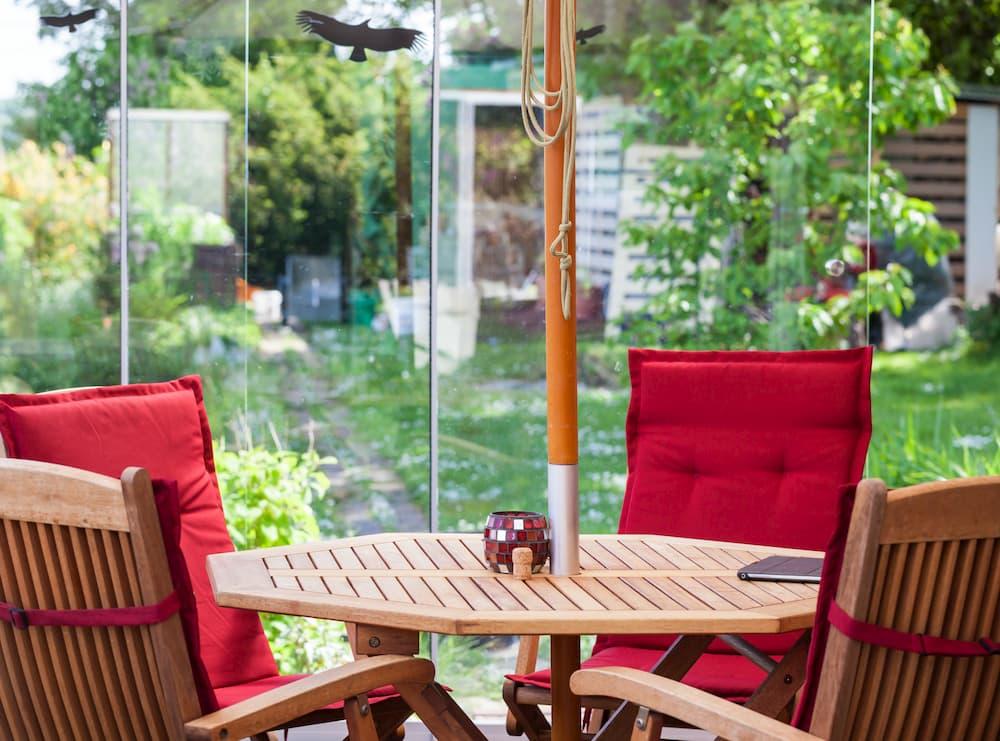 Terrasse mit Glaswänden: Auch bei wechselhaftem Wetter gut nutzbar © fotoknips, stock.adobe.com