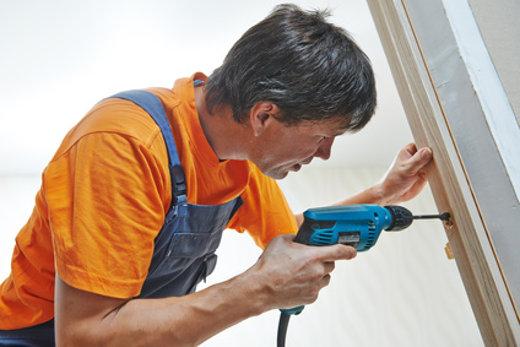 Tür Installation und Verankerung © Kadmy, fotolia.com